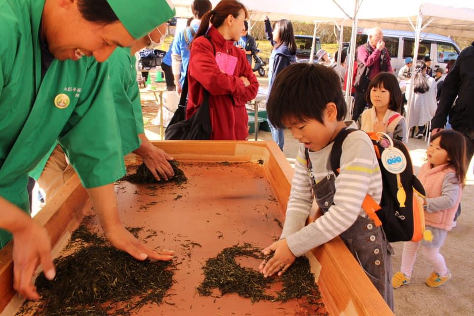 (日本語) 手揉み製茶実演および体験